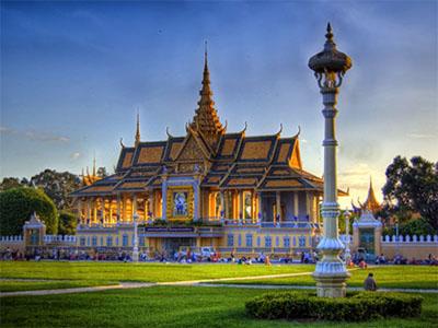 tujuan wisata lainnya di kamboja adalah istana raja yang terletak kota phnom penh ini begitu menarik sebab selain bangunannya